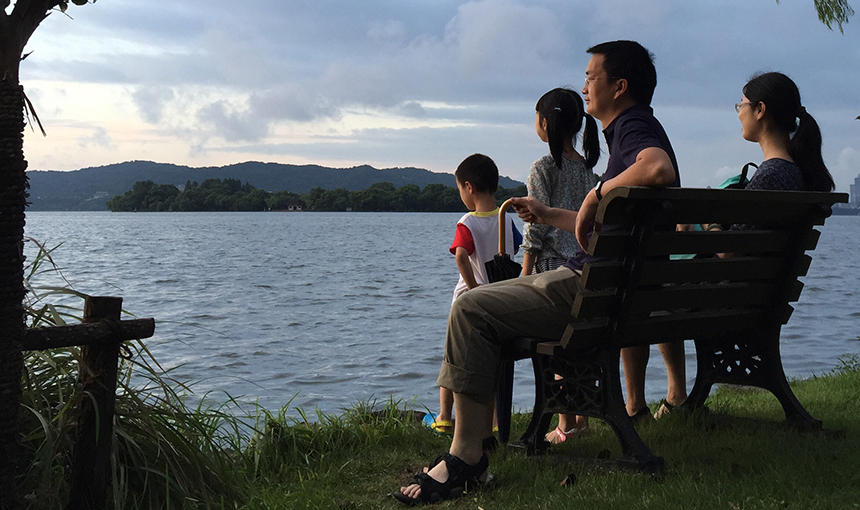 Huang Congcong and her family enjoy a lakeside view in Hangzhou, Aug. 24, 2015.  Sarah O'Meara/Sixth Tone
