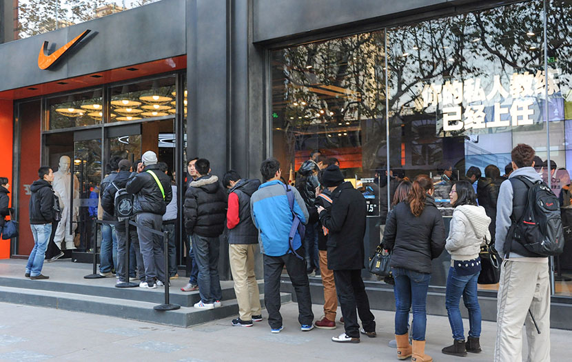 Customers wait in line outside a Nike store in Shanghai, Dec. 19, 2012. Yang Yi/VCG