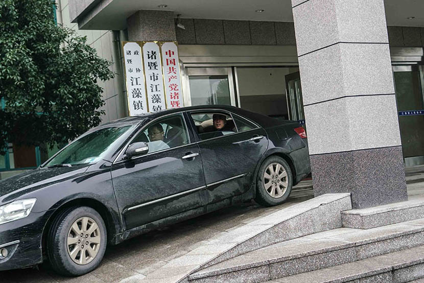 Ye Zhaohui leaves a local government office after meeting with officials to talk about his business in Zhuji, Dec. 23, 2015.  Chen Ronghui/Sixth Tone