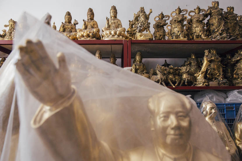 Statues of Buddha and Mao in Shaoshan, Sept. 16, 2015.  Xu Xiaolin/Sixth Tone
