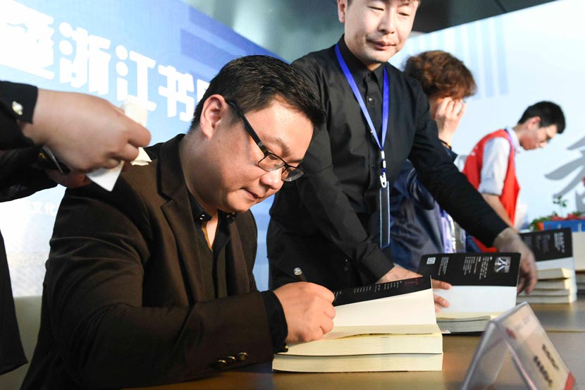 Author Qin Ming signs books for fans during a literary event in Hangzhou, Zhejiang province, April 26, 2015. IC