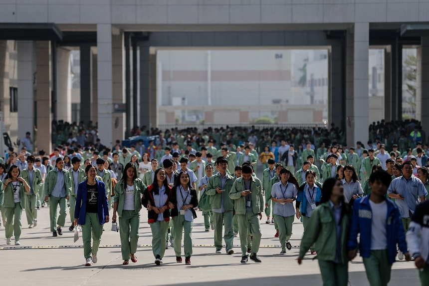Young workers leave the factory after their shift at Gionee Industrial Park in Dongguan, Dec. 24, 2015.  Liu Xingzhe/Sixth Tone